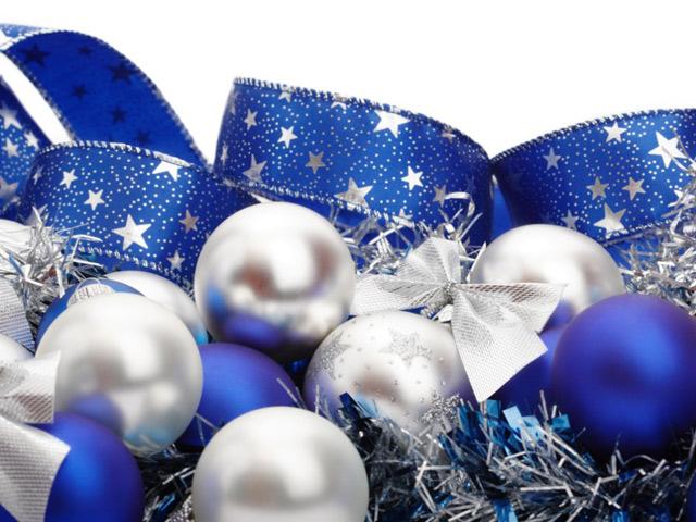 Використовуємо сині, білі і сріблясті іграшки