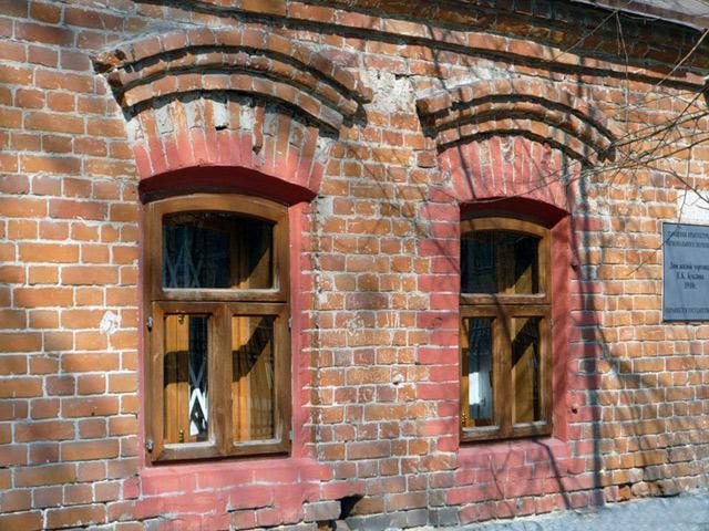 Вікна першого поверху прикривають ставнями