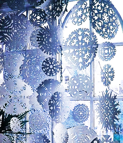 Паперові гірлянди з сніжинок