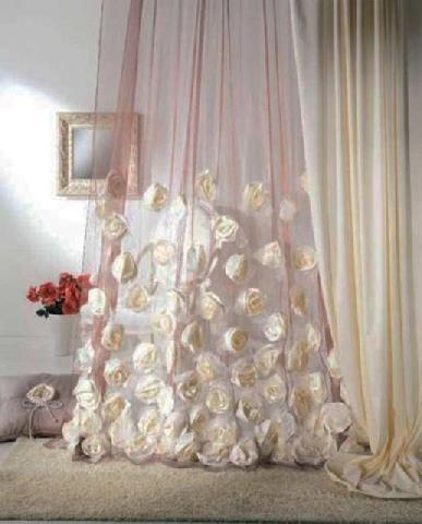 Гардина из органзы, декорированная цветами