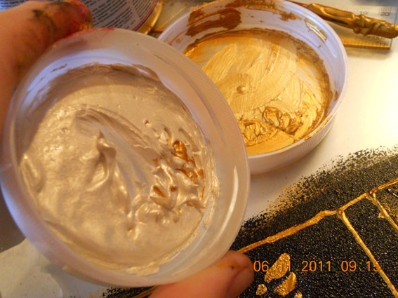 Використовуйте темне золото і перламутр для досягнення ефекту золотого блиску