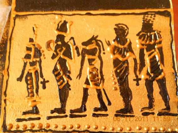 Так выглядят иероглифы и рисунок богов в законченном варианте