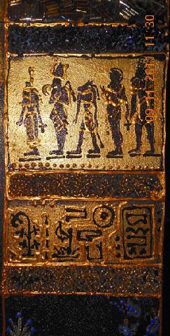 Иероглифы и рисунок богов