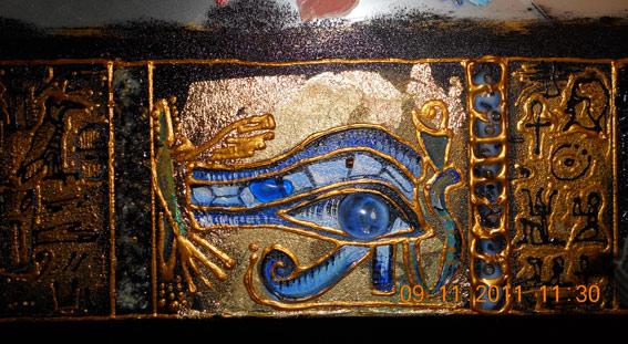 Глаз в окончательном варианте. С двумя синими камнями. Один функциональный, другой просто был очень красивый