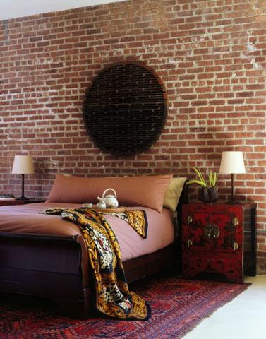 Стена из декоративного кирпича в спальне