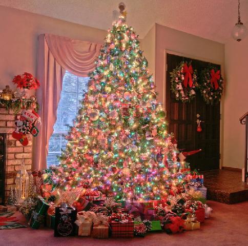 Яскрава святкове новорічна ялинка- незмінний атрибут Нового року