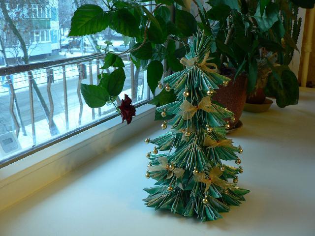 Дизайн новорічної ялинки з паперу для