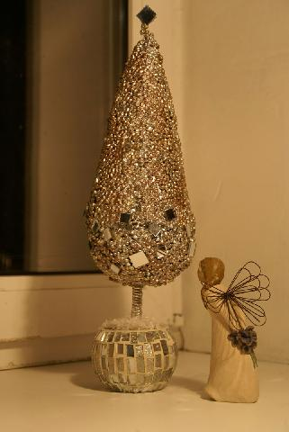 Дизайнерська новорічна ялинка виконана зі скла, насіння маш, кашпо і прикрашена дзеркалами