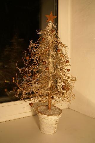 Типова маленька новорічна ялинка для дому або офісу зі штучних матеріалів
