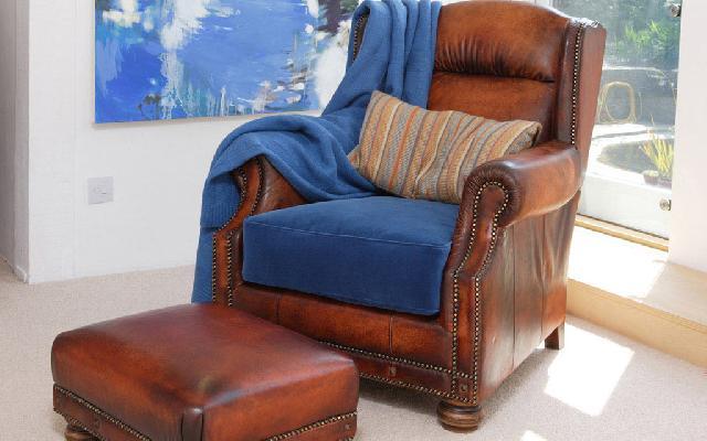 Кресло кожаное для кабинета: аккуратные швы, естественный цвет; подойдет в зону отдыха