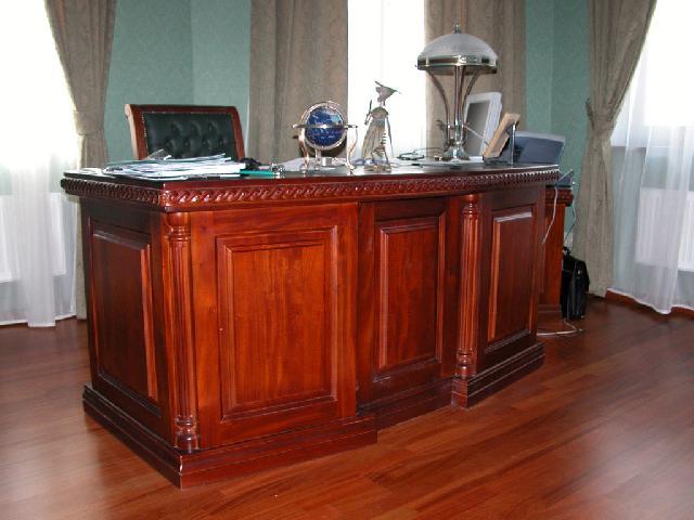 Стол в кабинете лакированный и передает всю красоту фактуры дерева