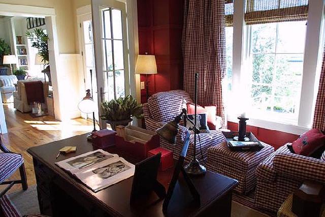 Обивка мебели в кабинете хлопковая, с характерным клетчатым узором перекликается с текстурой штор