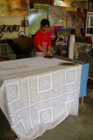 Печать штампами на родине батика — острове Ява