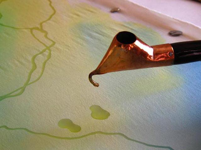 Батик с использованием штампов и набрызга
