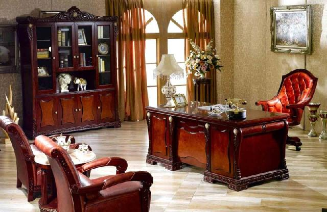 Типичный кабинет в классическом стиле: приглушенная цветовая гамма, массивная мебель; в качестве декораций присутствуют вазы в античном стиле, картина в характерной роскошной раме