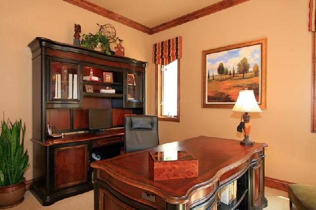 Мебель в кабинете из натурального дерева удачно сочетает цвет дерева и черный цвет, создавая элегантную и благородную атмосферу