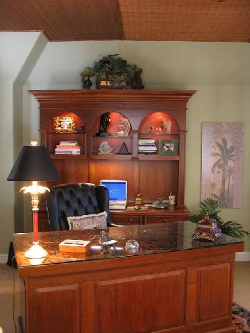 Подобное освещение создает комфортные условия для работы с компьютером, хорошо выполнена подсветка в мебели