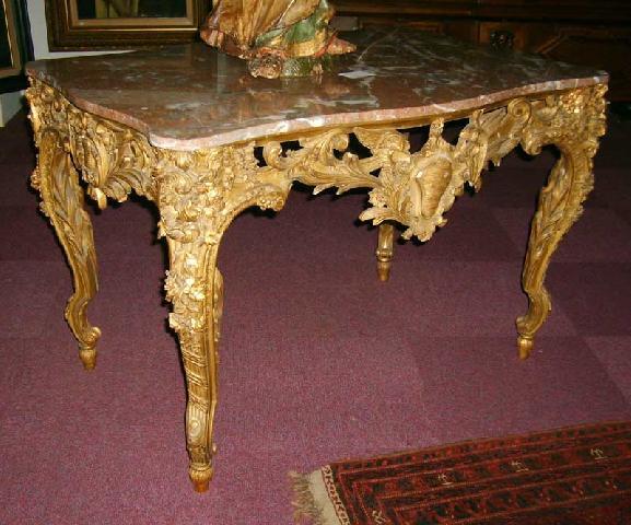 Стол в стиле рококо отличается большой декоративностью: в качестве основных материалов используются дерево и мрамор