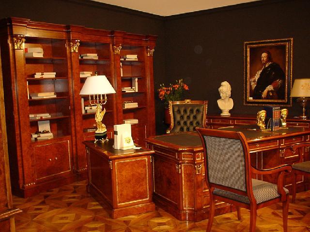 Классические кабинеты с массивной мебелью и большим количеством аксессуаров