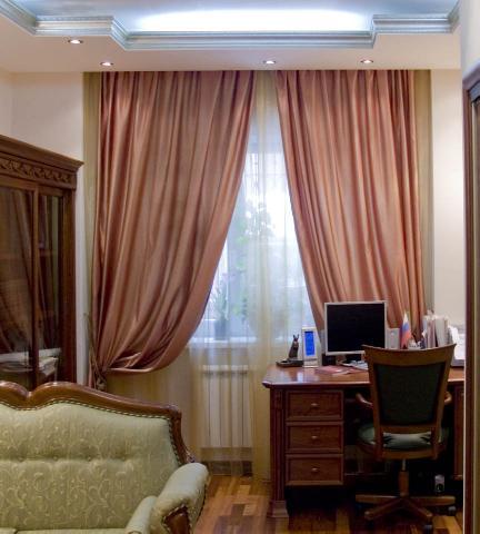 Размещения рабочего стола со всеми принадлежностями в углу под окном широко используется и по сей день