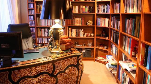 Традиционный дизайн кабинета предусматривает наличие книжных шкафов для библиотеки