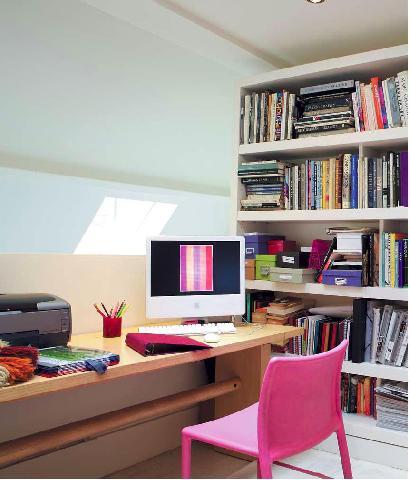 Дизайн кабинета в доме на чердаке есть достаточно популярным