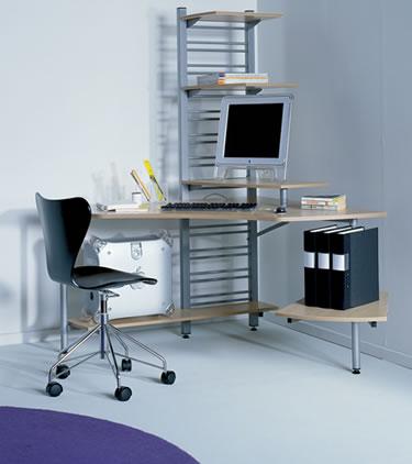Стол с компьютером и стул в углу комнаты есть наиболее частым вариантом «кабинета» в квартире сегодня