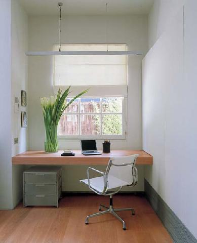 Так можно организовать кабинет на малой площади, если работа будет вестись преимущественно с компьютером