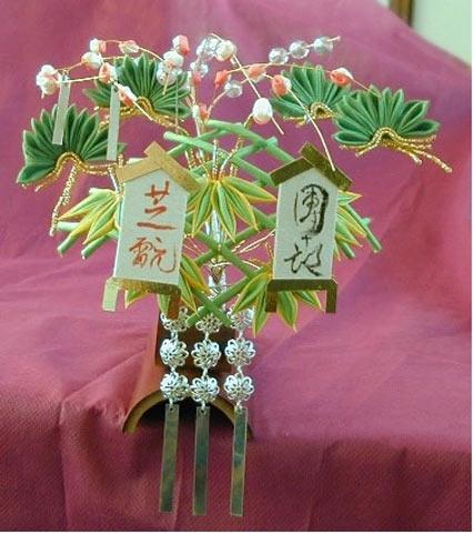 Новогоднее украшение с ветками сосны