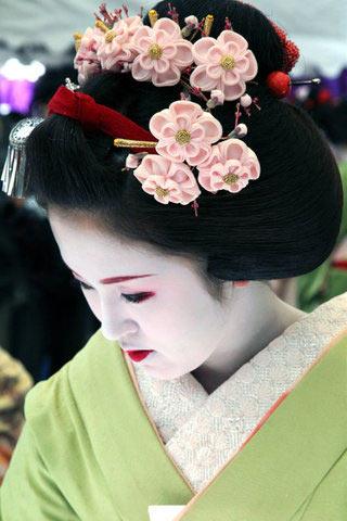 Цветы сакуры в прическе