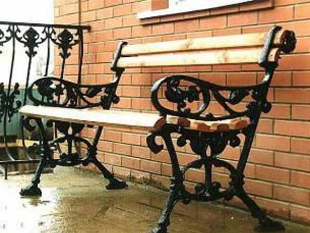 Литые железные части скамейки