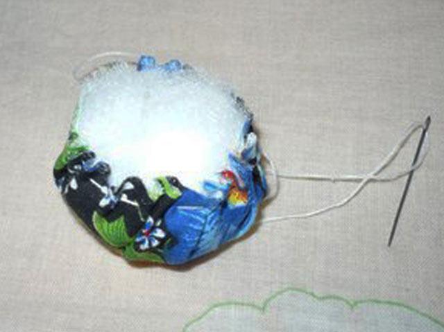 Делаем мячик из ткани и синтепона