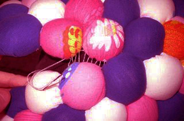 Так собирается коврик из мячиков