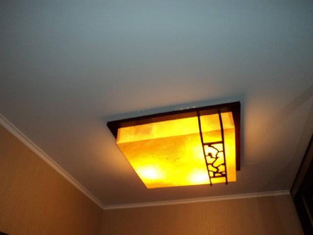 Такой светильник в прихожей создает мягкий рассеянный свет и не сужает ее пространство