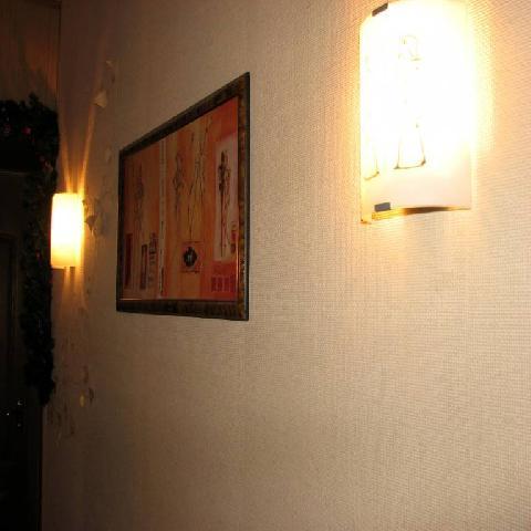 Размещение светильников вдоль одной из стен делает помещение визуально шире