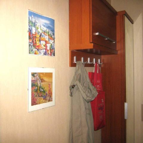 Подвесной шкафчик-вешалка — хорошее решение для маленькой прихожей