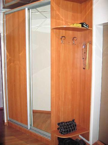 Шкаф-купе в маленькой прихожей сделан под заказ, в нем предусмотрено множество полок для хранения вещей