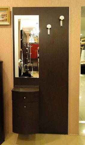 Такая настенная мебель поможет выделить в маленькой прихожей дополнительное полезное пространство