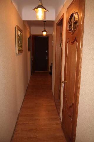 Гипсокартонная перегородка на потолке есть границей на стыке маленькой прихожей и коридора