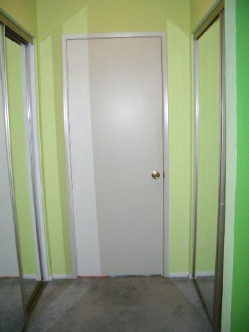 Маленькая прихожая оформлена в двух цветах: светло-салатовом и контрастном ему зеленом