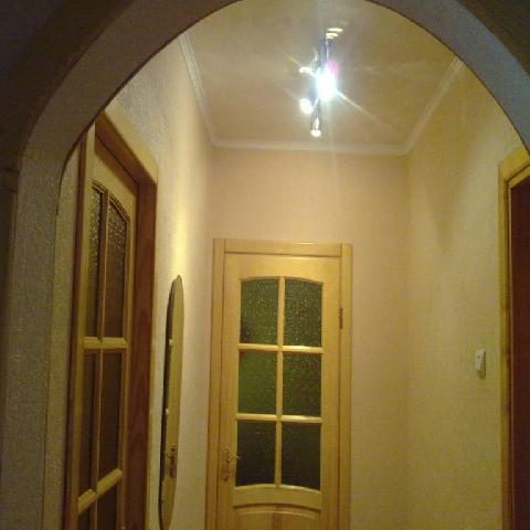 Висящий в центре потолка светильник делает маленькую прихожую визуально выше