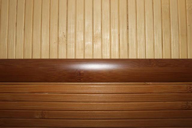 Фрагмент стены оклееной бамбуковыми обоями