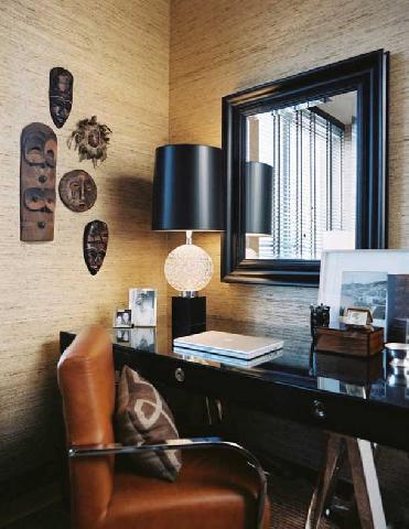 Обои в кабинете подобраны к мебели и аксессуарам