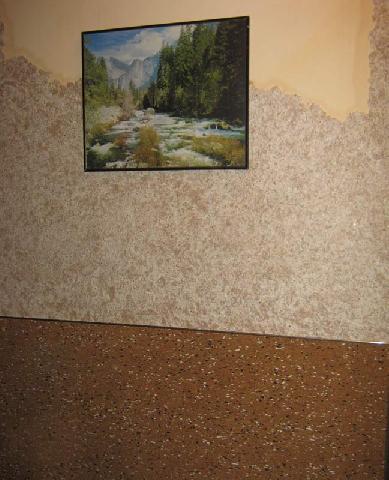 На фото фрагмент стены в кабинете, отделанный жидкими обоями