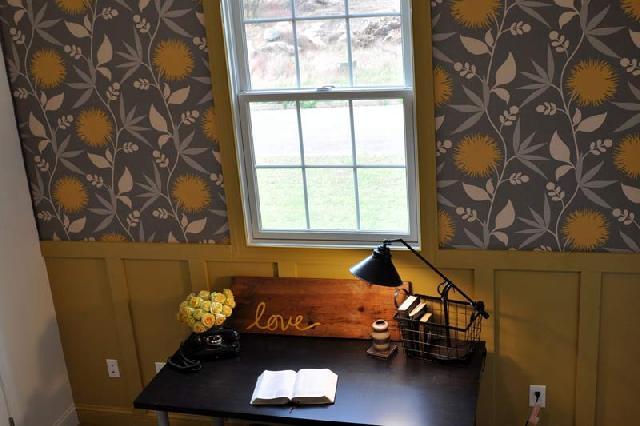 Текстильные обои прекрасно сочетаются в кабинете с деревянными панелями
