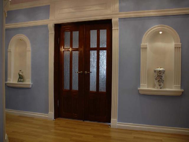 Ровный и красивый цвет стен в прихожей коридоре удалось создать при помощи обоев под покраску