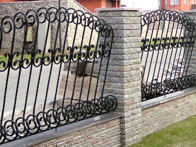 Комбинированные — ковка и камень, бетон или кирпич