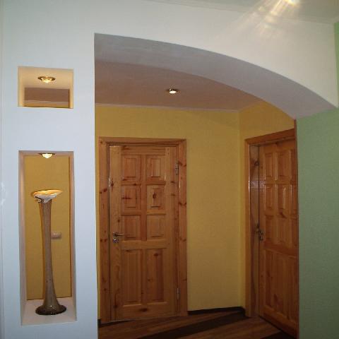 Пример красивого дизайна в небольшой прихожей коридоре
