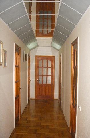 Для отделки пола в коридоре использован паркет (отметим, что зеркала на потолке визуально удлиняют комнату)