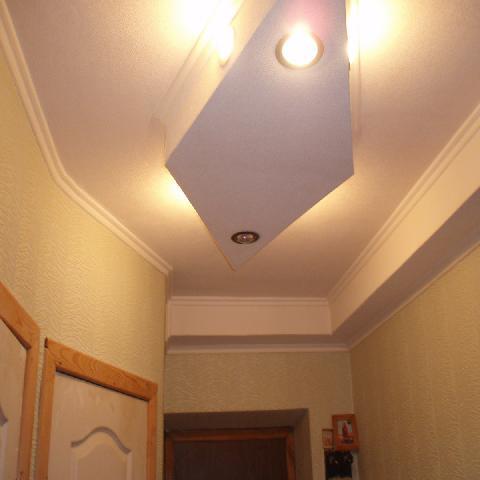 В прихожей коридоре комбинируются подвесные конструкции потолка